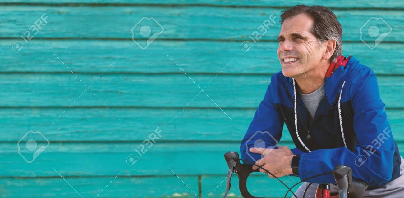 Composición Digital De Hombre Mayor Con Su Bicicleta Contra Disparo ...