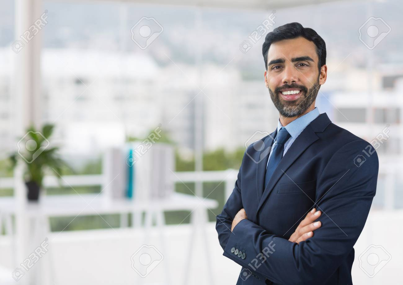 Ufficio Di Leva : Giovane uomo d affari sorridente con l icona della goccia di acqua