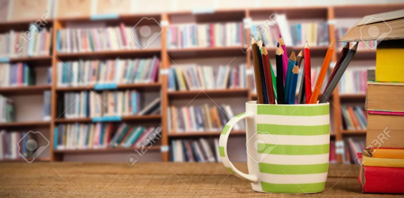 Pila De Libros Por Taza Con Lápices De Colores En La Mesa De Madera ...
