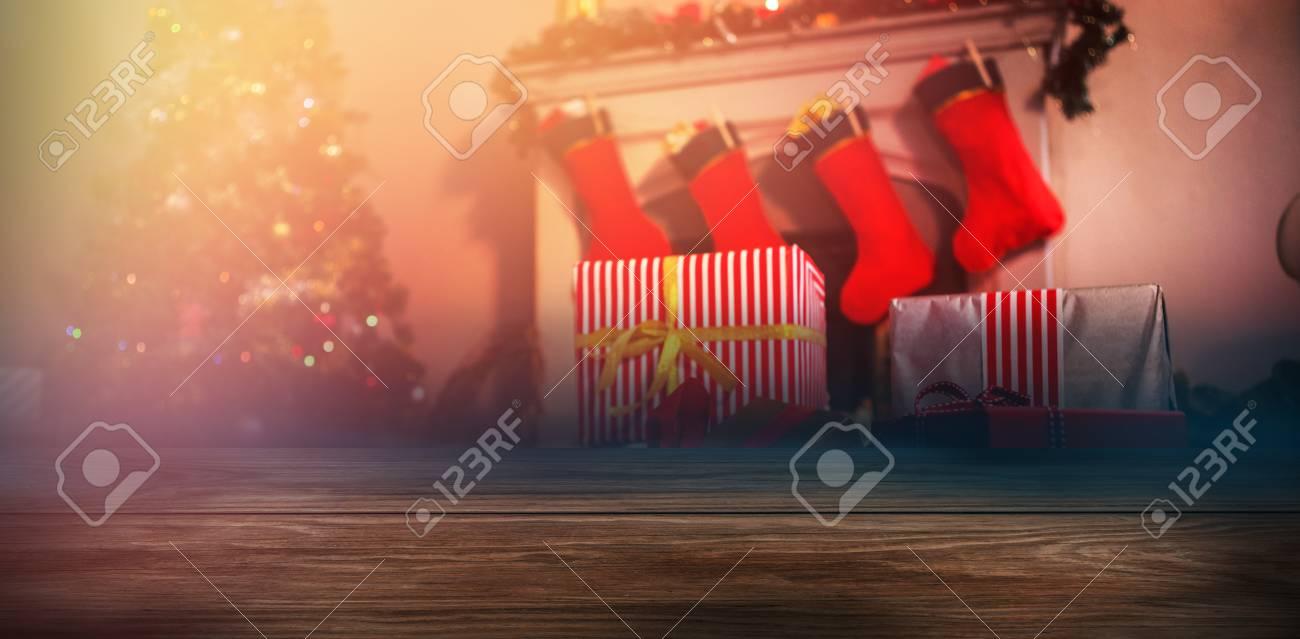 Fotograma Completo De Tablón Contra El árbol De Navidad Con Regalos ...