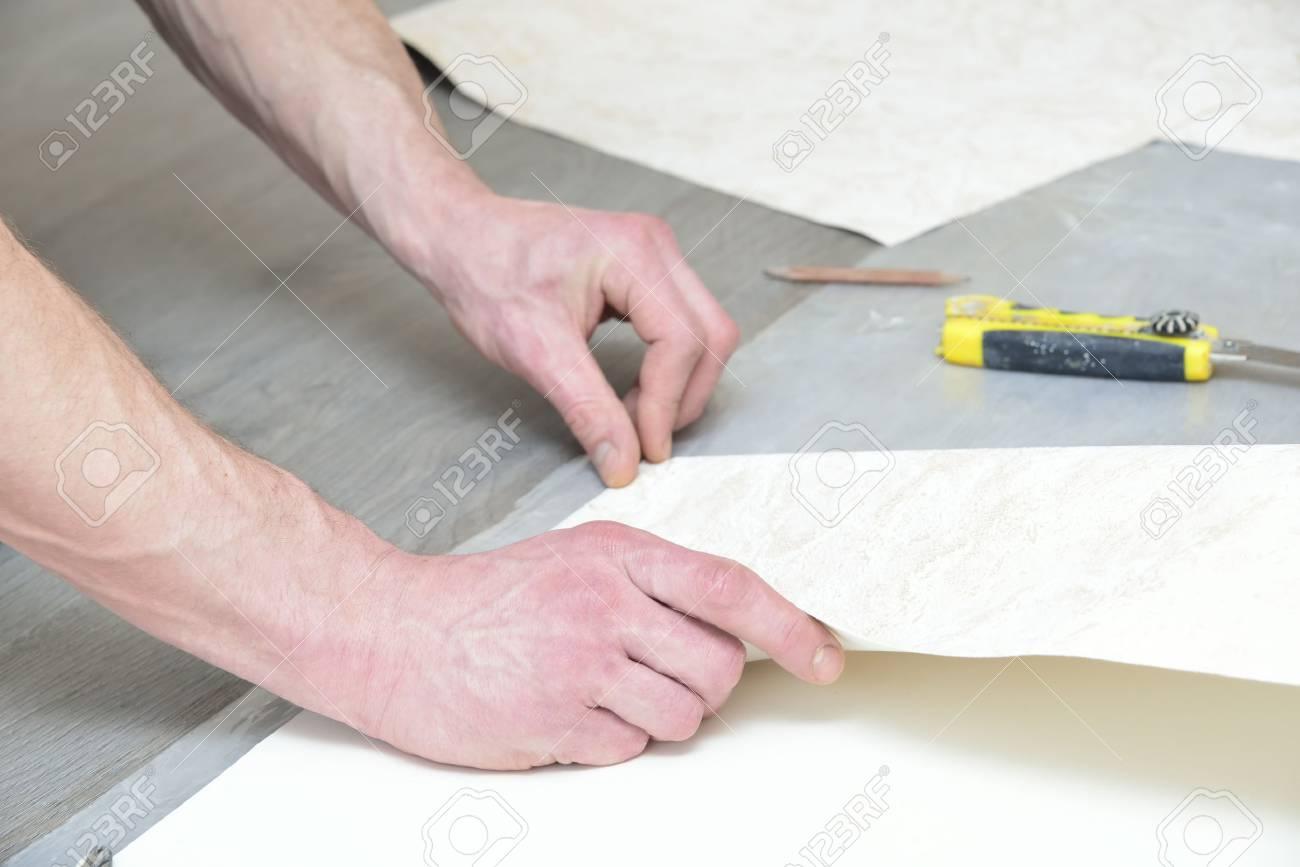 vorbereitung für das schneiden von tapeten (messung und