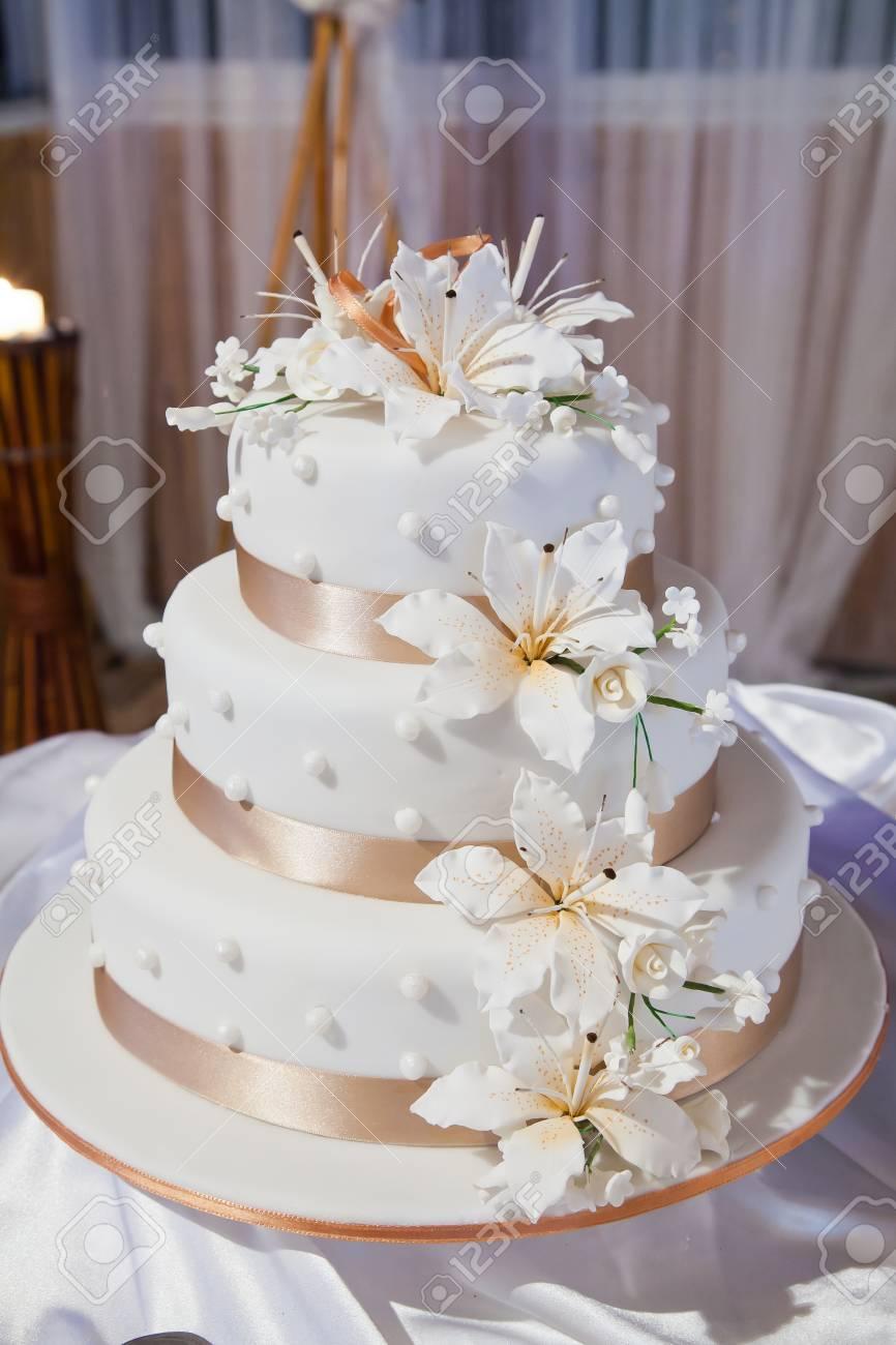 Gâteau De Mariage Avec Des Fleurs Et Ruban Orange