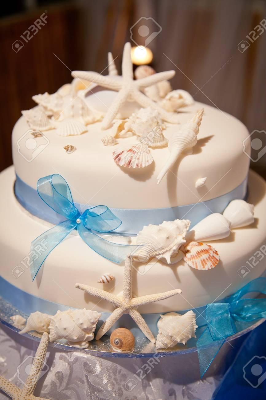 Gâteau De Mariage Sur Le Thème De La Plage Avec Des étoiles De Mer Et Des Coquillages