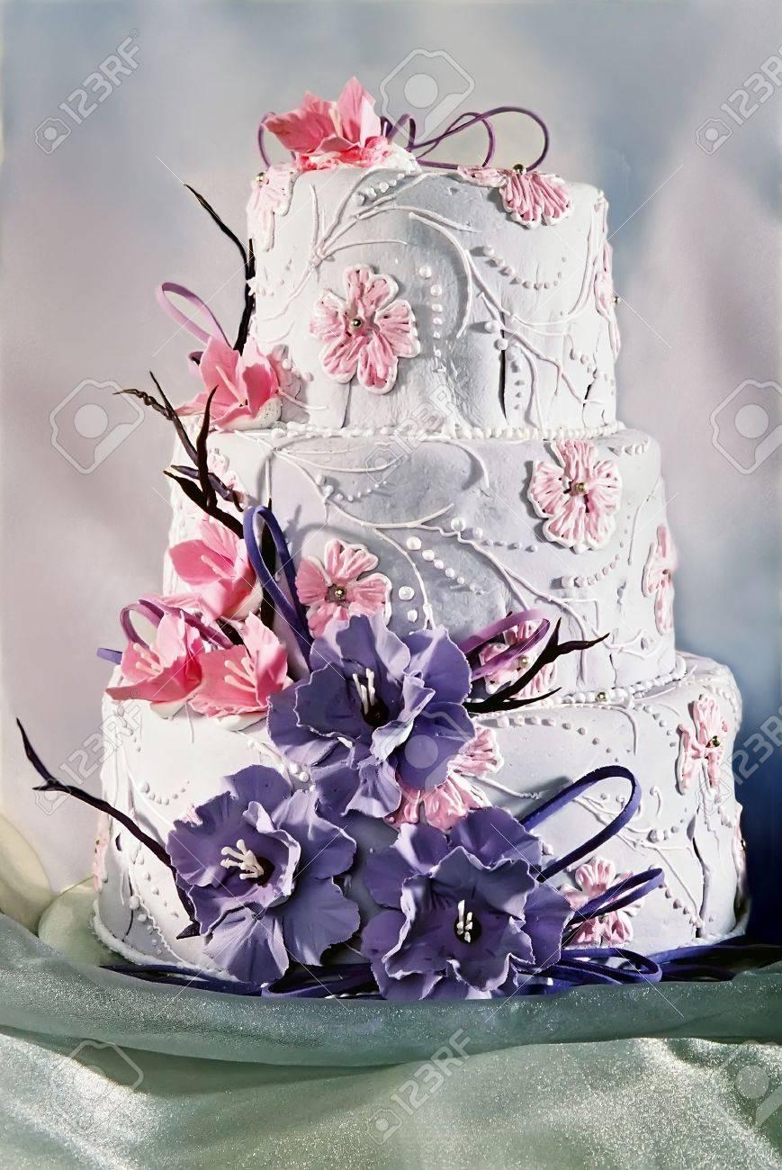Schon Dekorierte Hochzeitstorte Mit Lila Und Rosa Blumen Lizenzfreie