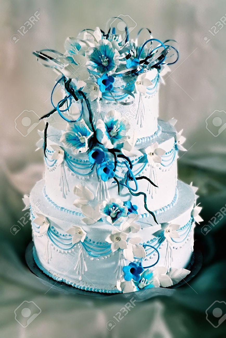Schon Dekorierte Hochzeitstorte Mit Blauen Blumen Lizenzfreie Fotos