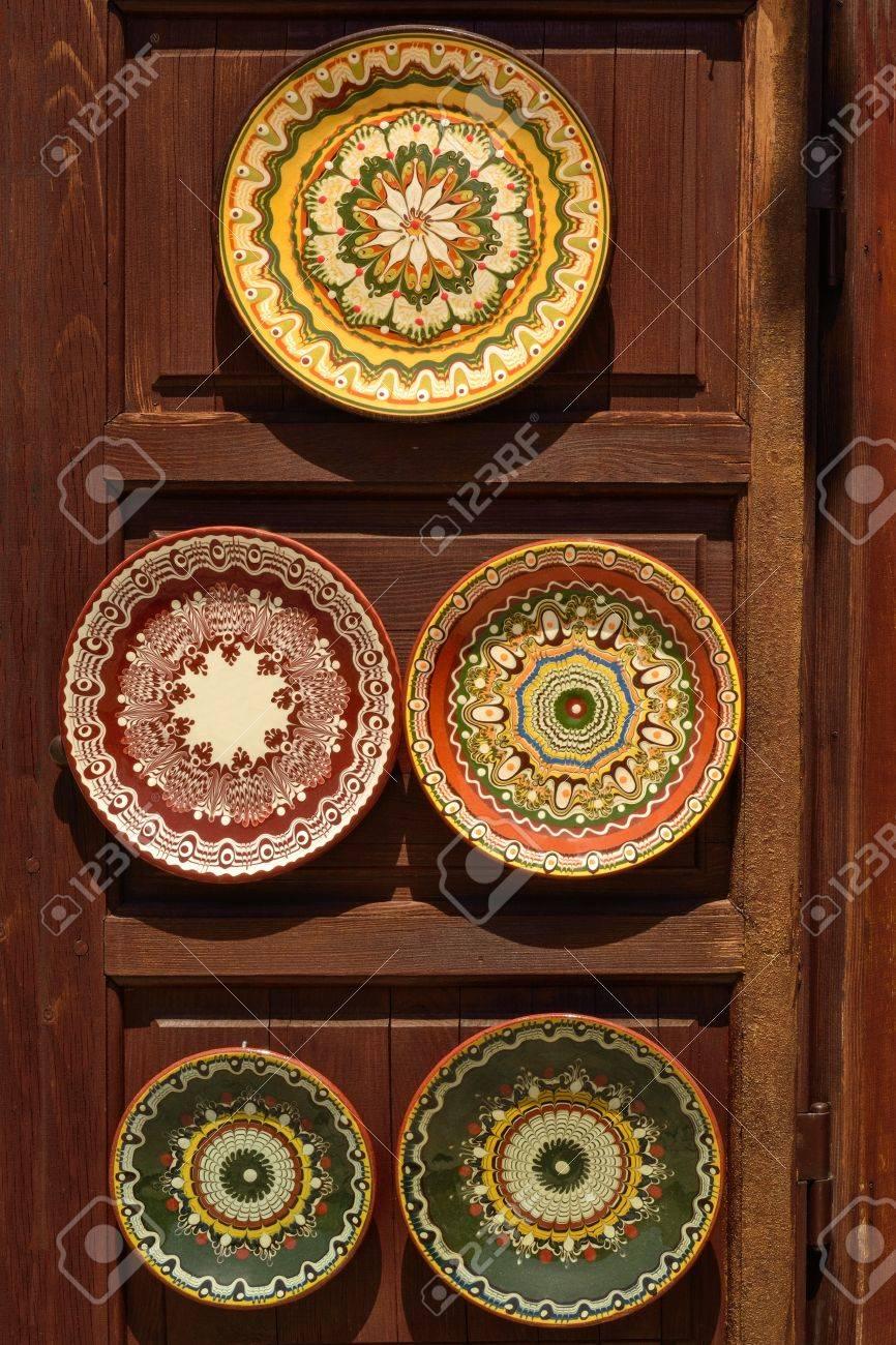 Bemalte Keramik Geschirr Im Orientalischen Stil Auf Holzstander Lizenzfreie Fotos Bilder Und Stock Fotografie Image 20165904