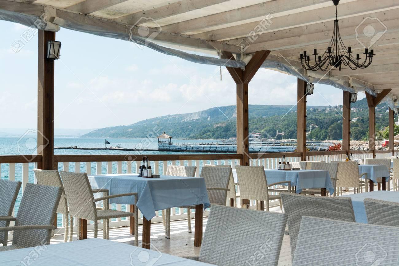 Ristorante tavoli e sedie bianche, costa del mar nero, balchik ...