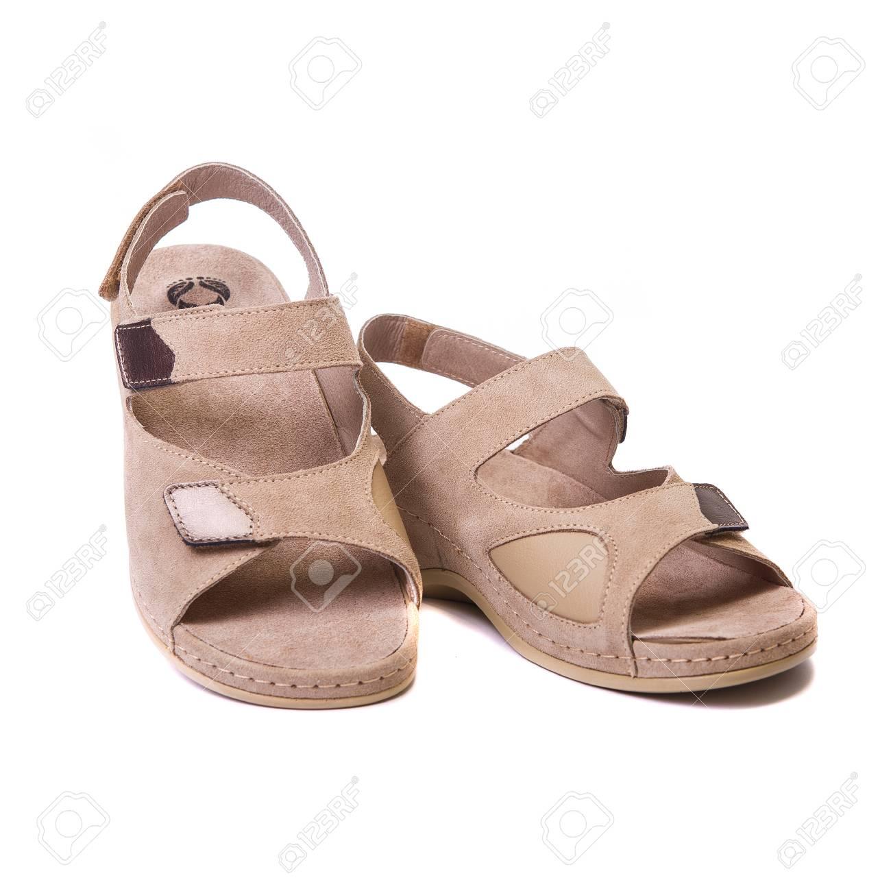 1414e576 Foto de archivo - Un par de zapatos ortopédicos para adultos. En el fondo  blanco aislado Primer plano de la vista frontal