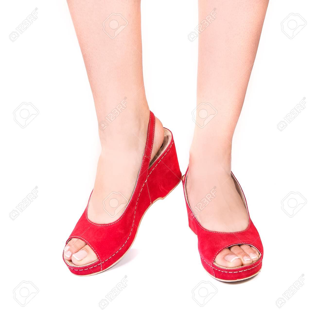 3ad53446 Foto de archivo - Piernas de una niña en zapatos ortopédicos de verano  sobre fondo blanco aislado