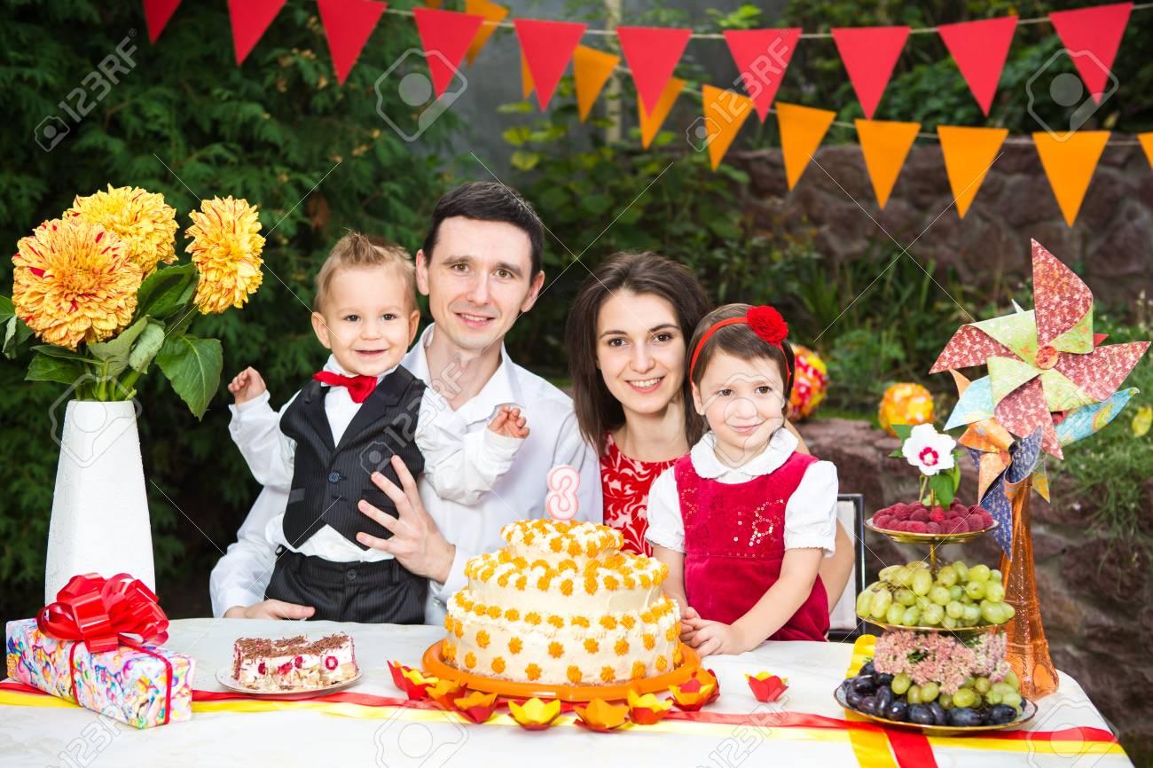 Familia De Cuatro Personas Padre Madre Hijo E Hija Celebra El