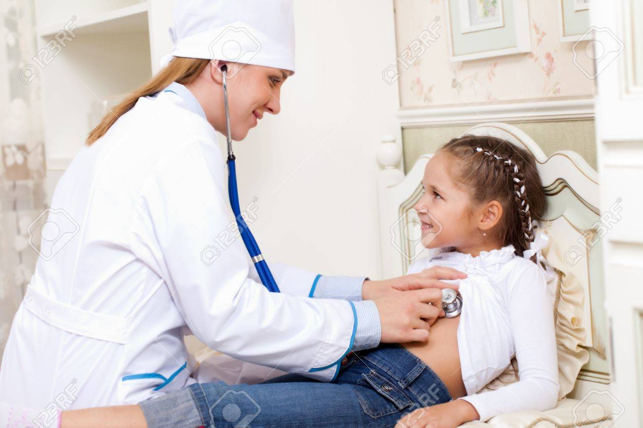 Mädchen Arzt Hört Atmen Lizenzfreie Fotos Bilder Und Stock