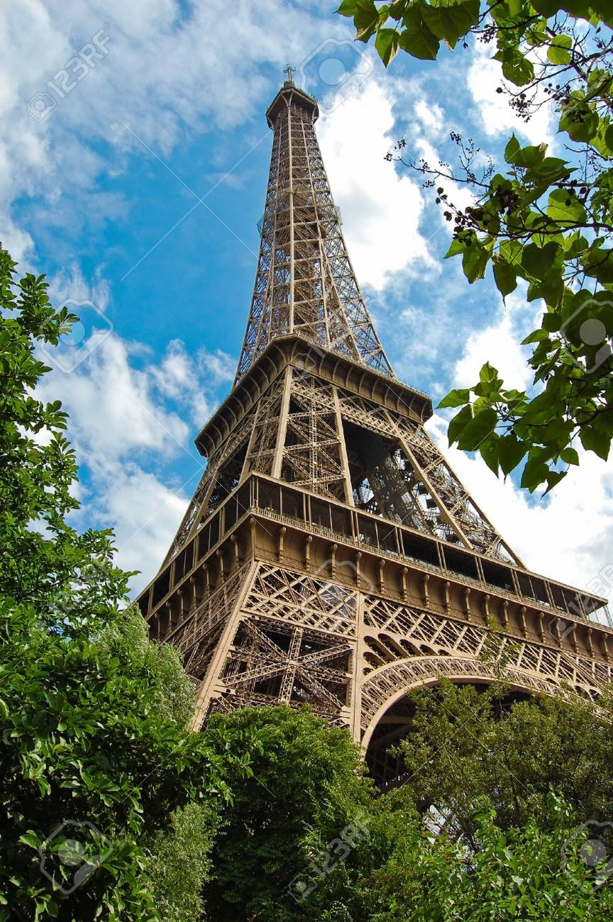 The world famous, Eiffel Tower in Paris, France. Stock Photo - 6548748