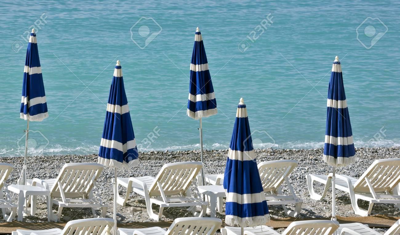 Sedie Blu Nizza : Beach con ombrelloni blu vicino a promenade des anglais a città di