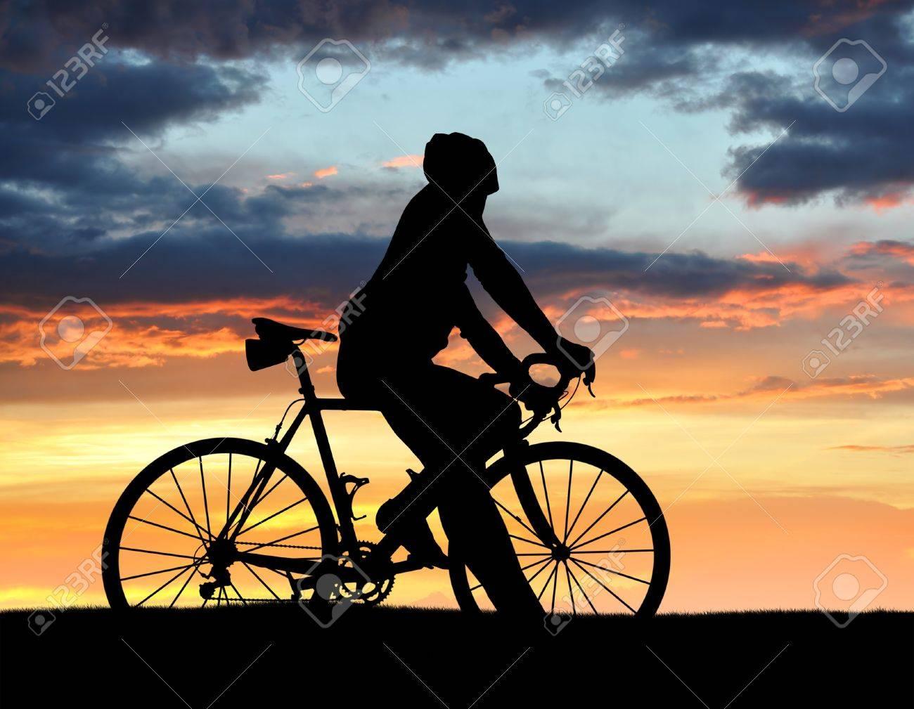 夕暮れ時のロードバイクの自転車のシルエット の写真素材 画像素材 Image