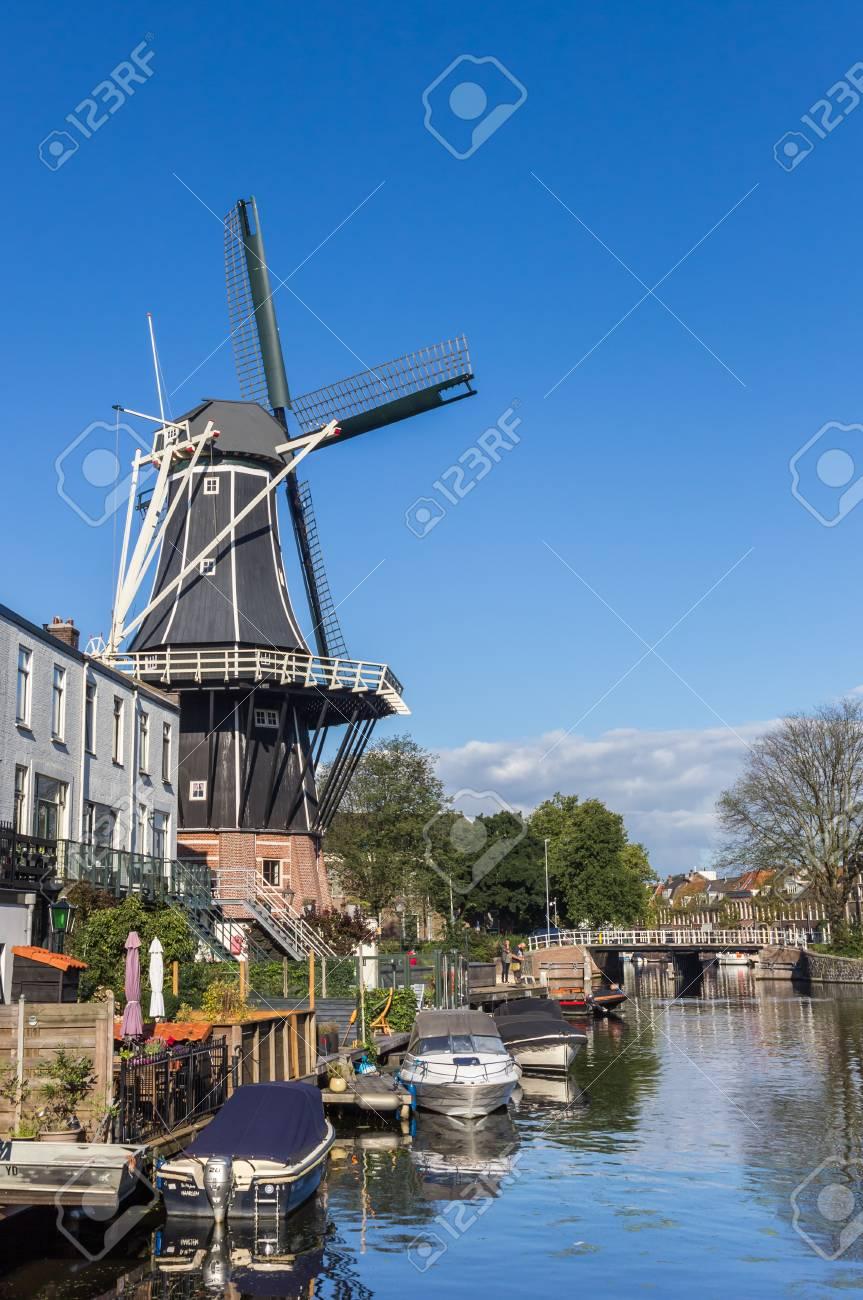 歴史的な風車でハールレム、オラ...