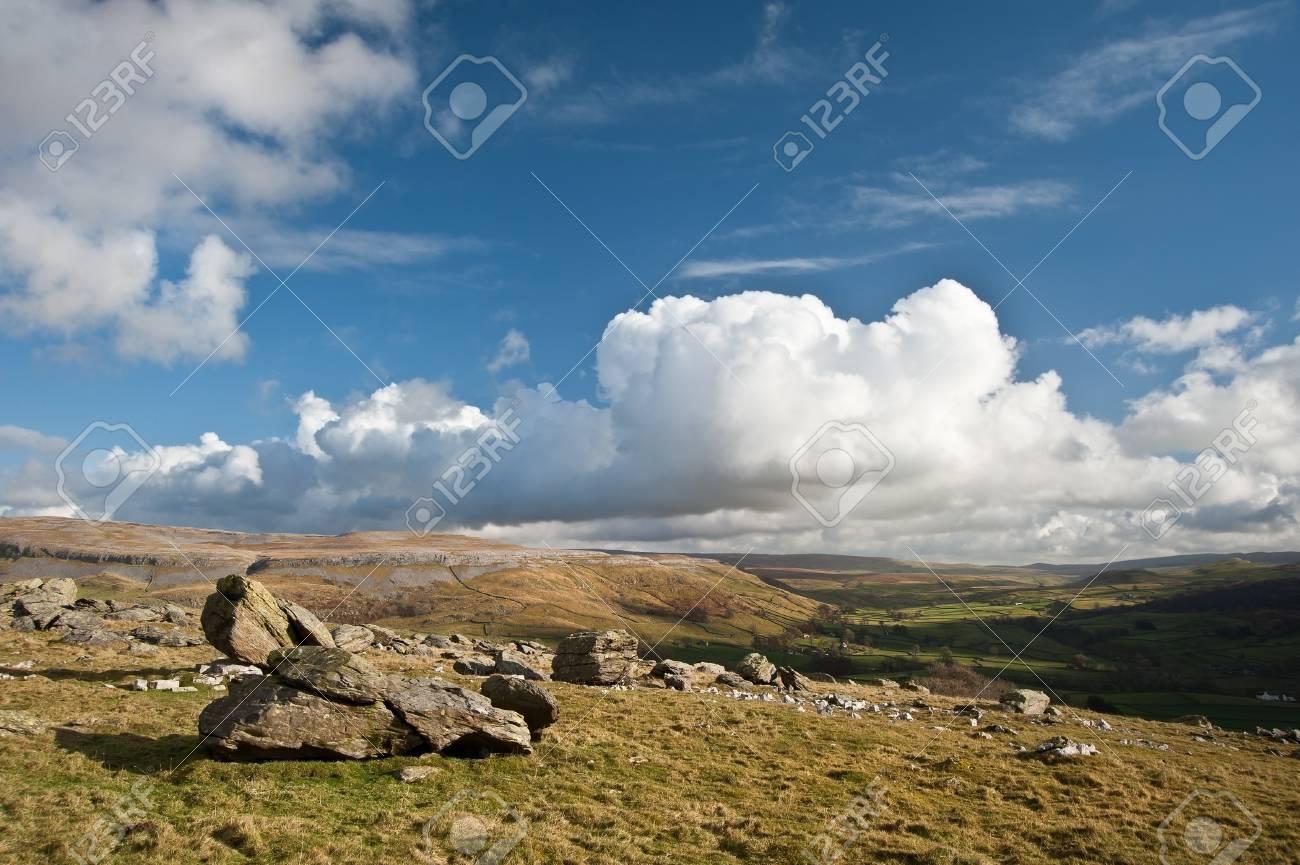 Vista desde lo alto de rocas erráticas Norber mirando hacia Wharfe Dale en Yorkshire Dales National Park Foto de archivo - 18016905