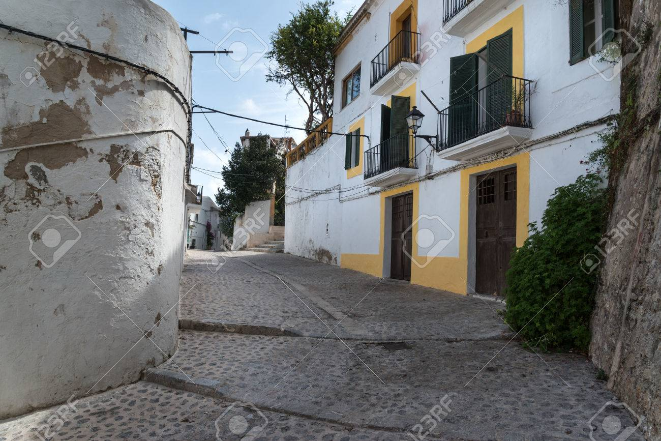 Mediterranean alley way between old houses and buildings Stock Photo - 22577162