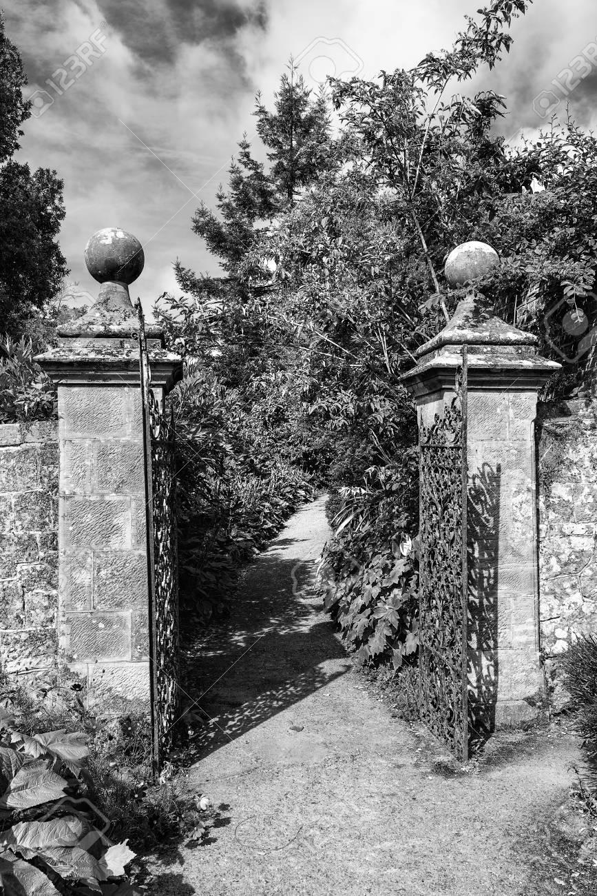 Belle Vieux Mur De La Porte En Fer Forgé Pleine Grandeur De Jardin ...