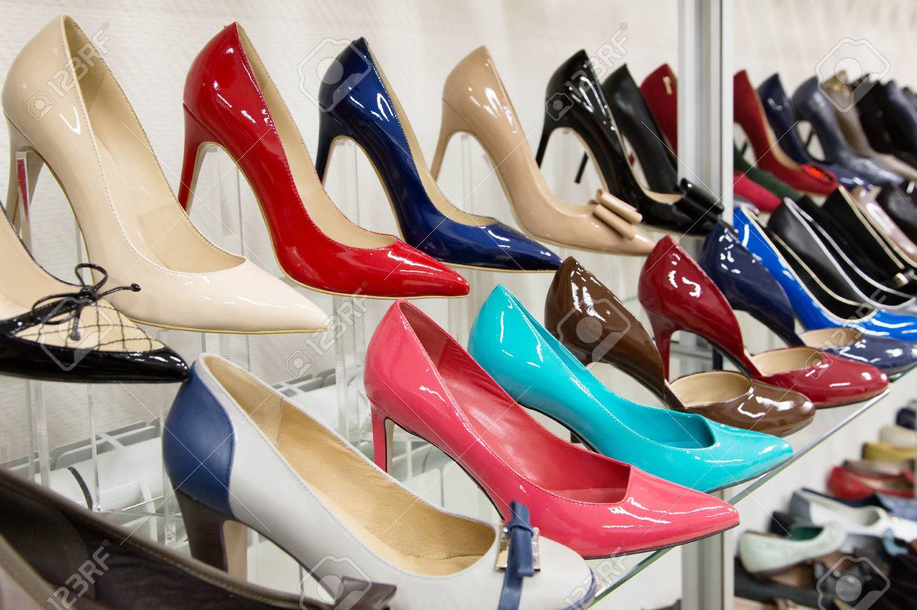 715133d7cd Rows of beautiful, elegant, colored women's shoes on store shelves. Imagens  - 27981412