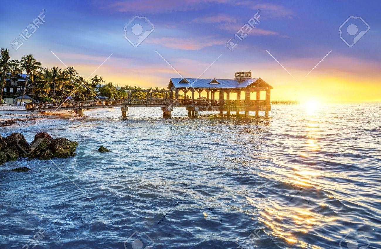 米国フロリダ州キーウェストとフロリダキーズのビーチで桟橋 の写真 ...