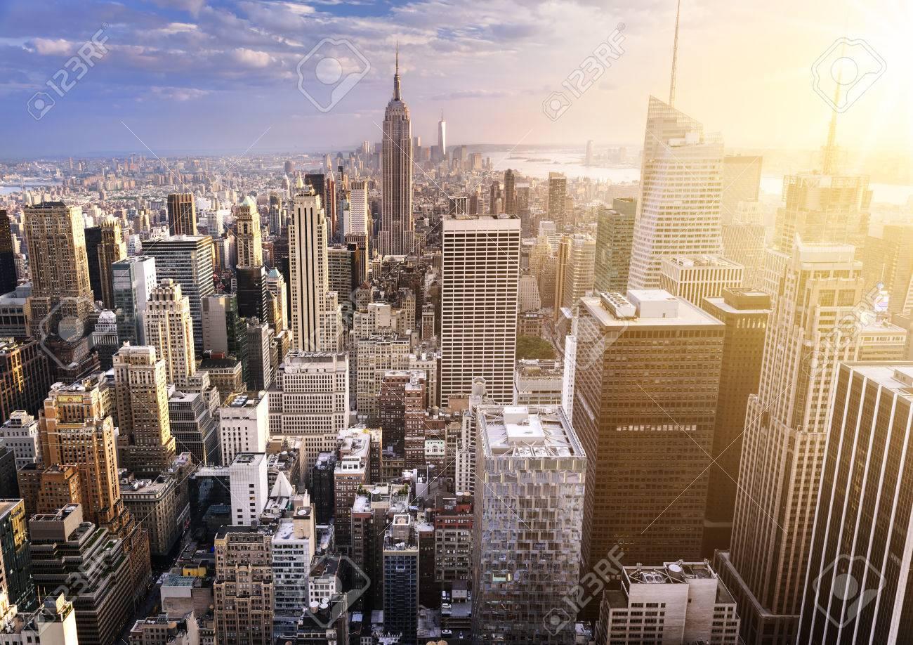 夕暮れ、アメリカ都市の高層ビル...