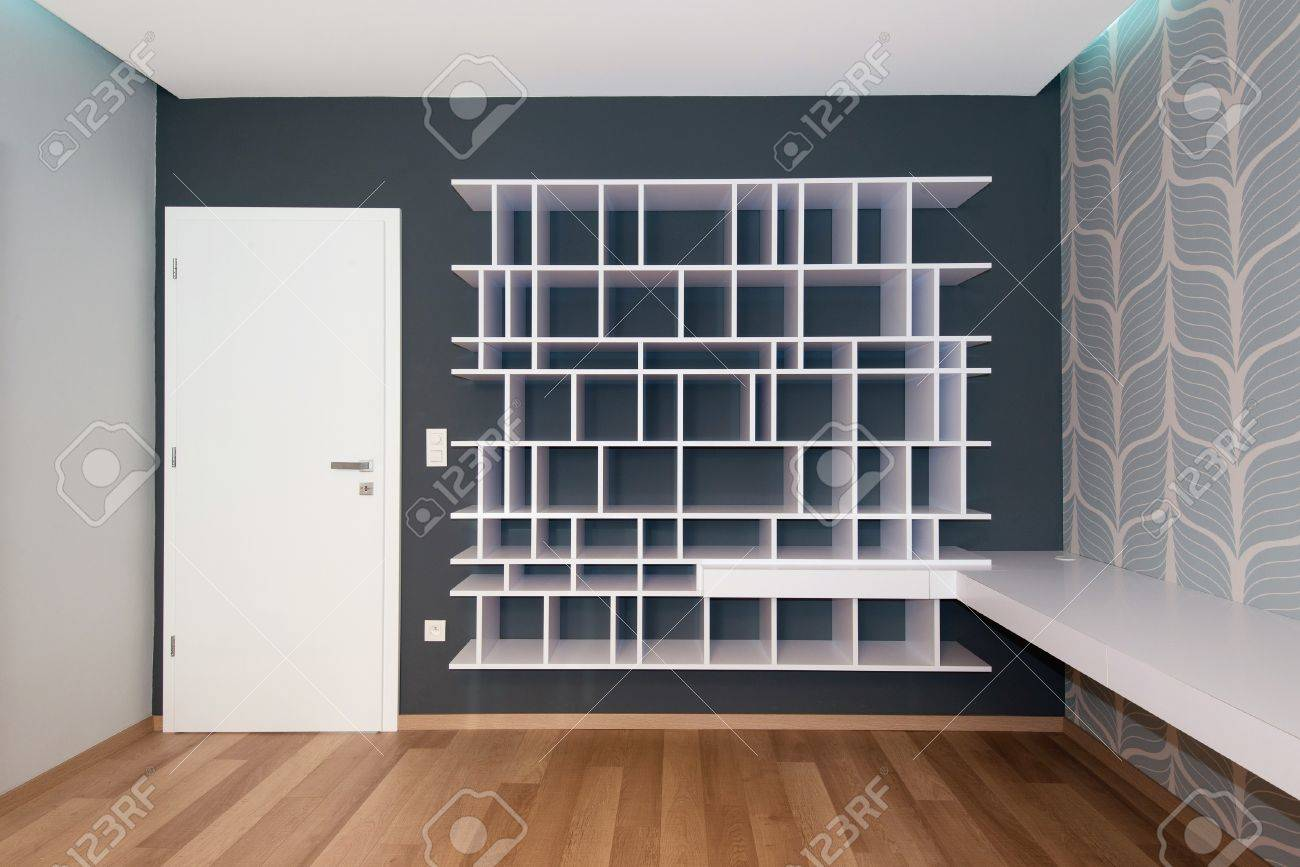 estante vaco en la pared con puerta foto de archivo
