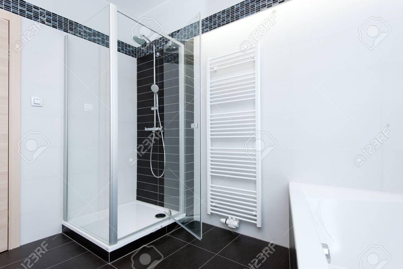 Moderno Cuarto De Baño Con Ducha Y Bañera Fotos, Retratos, Imágenes ...