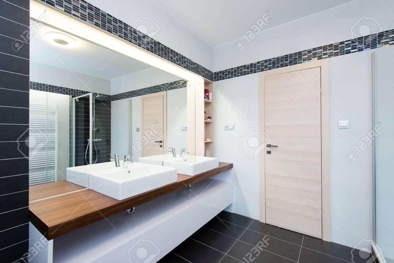 archivio fotografico interno del bagno moderno con doccia