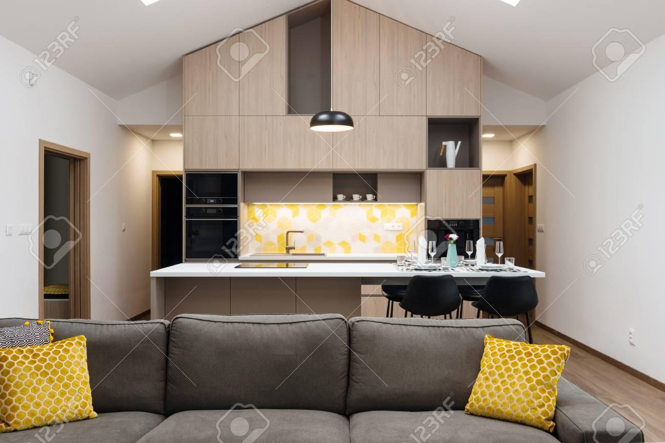 Salon Relié Avec Cuisine En Arrière-plan, Intérieur De Maison ...