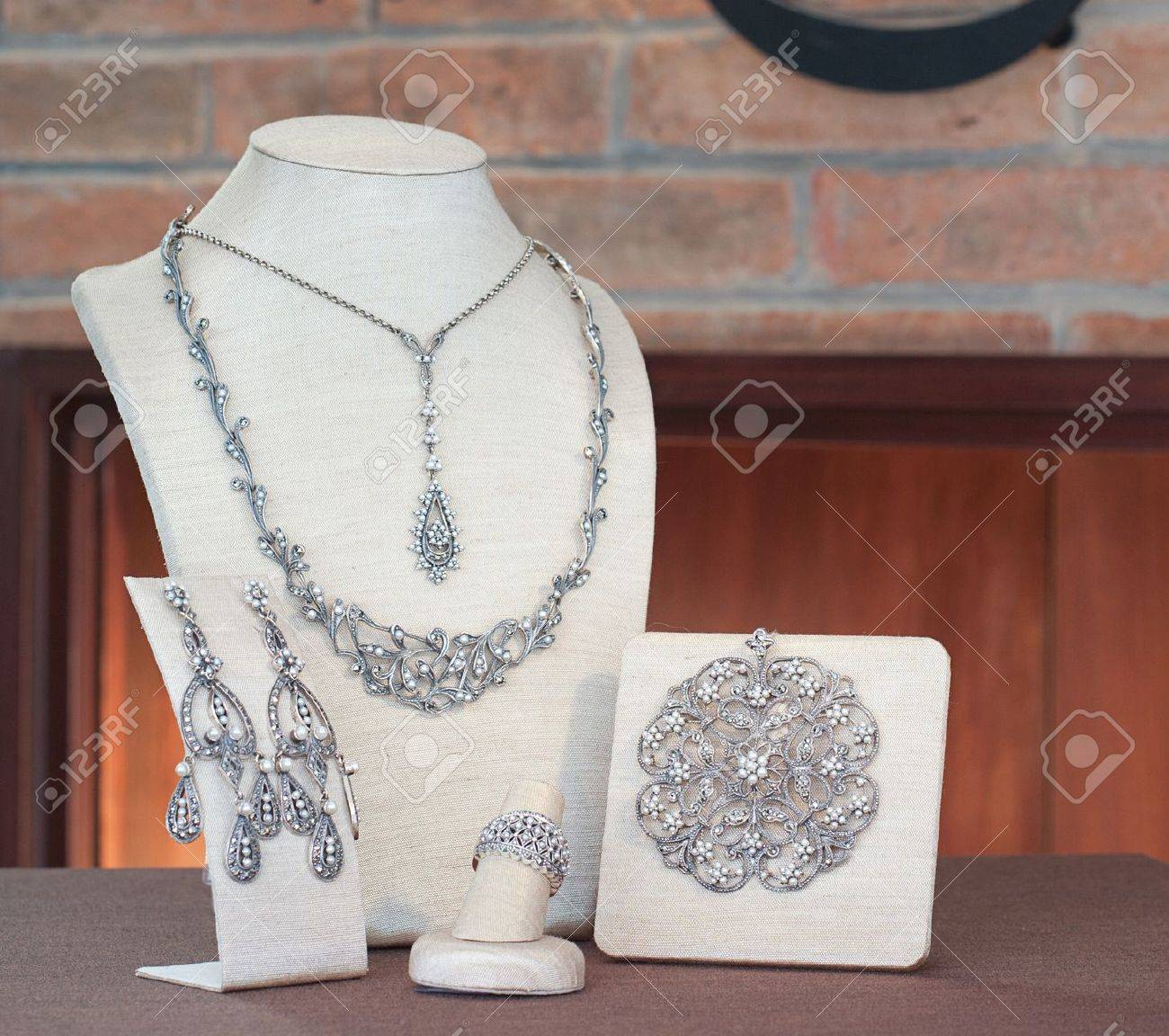 Set of luxury jewelry : necklace, pendant, earring and ring Stock Photo - 16658463