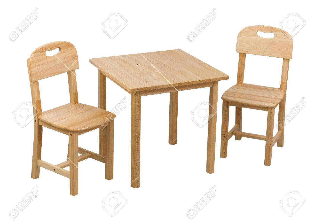 A pequeñas sillas de madera y un escritorio para niños