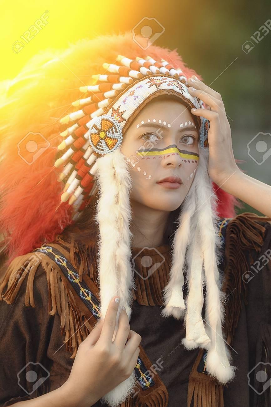 アメリカ ・ インディアン女性ハンターは、ネイティブ アメリカンの ...