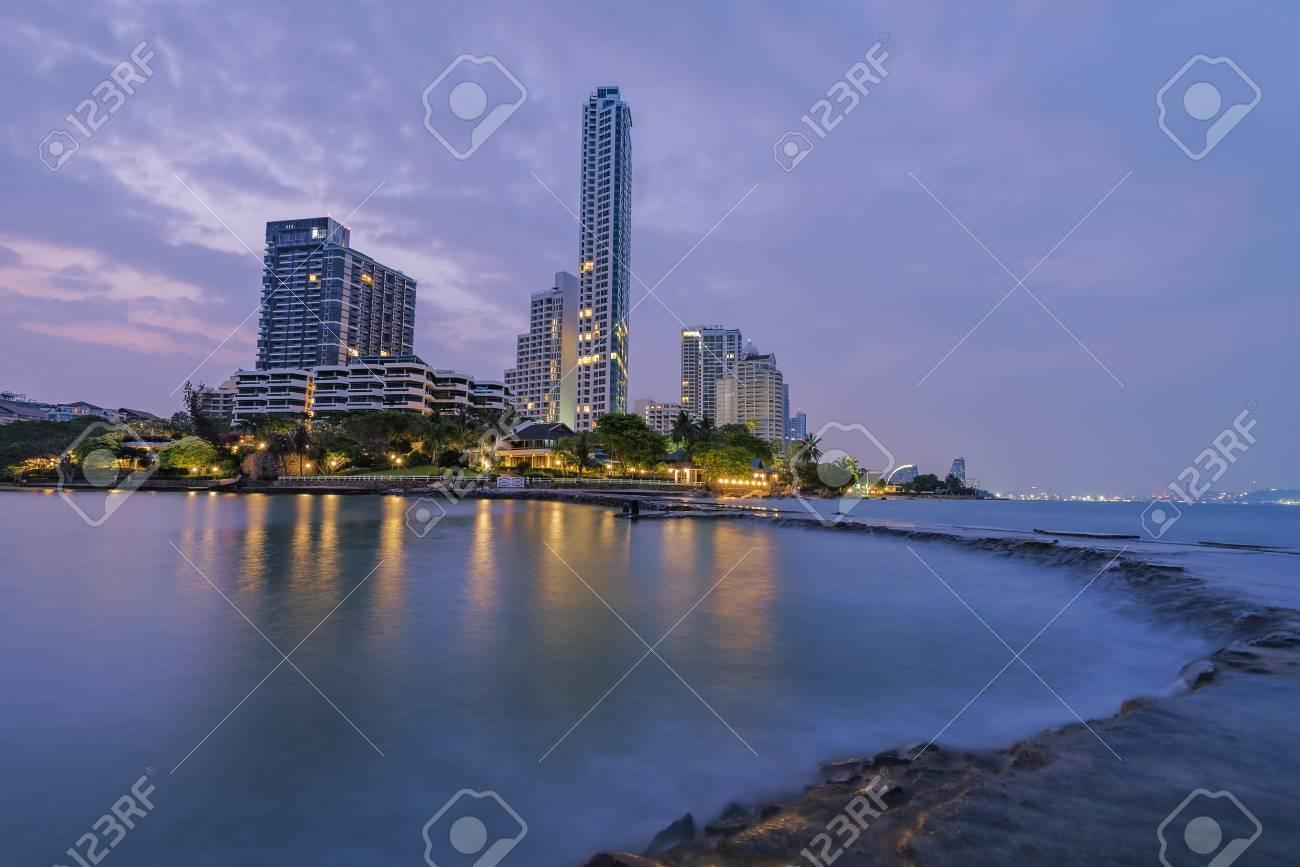 La città di mare e lilluminazione del paesaggio e una bellissima