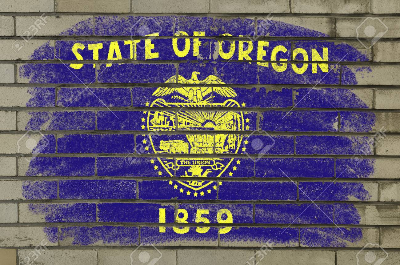 Chalky and grunge american state of oregon flag painted with color chalk on brick wall Stock Photo - 12172529