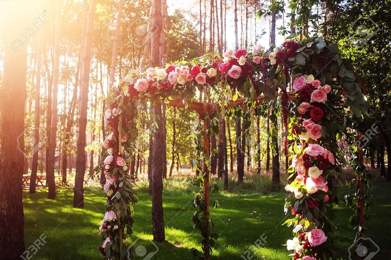 Hochzeit Bogen Und Dekoration Im Grunen Wald Lizenzfreie Fotos