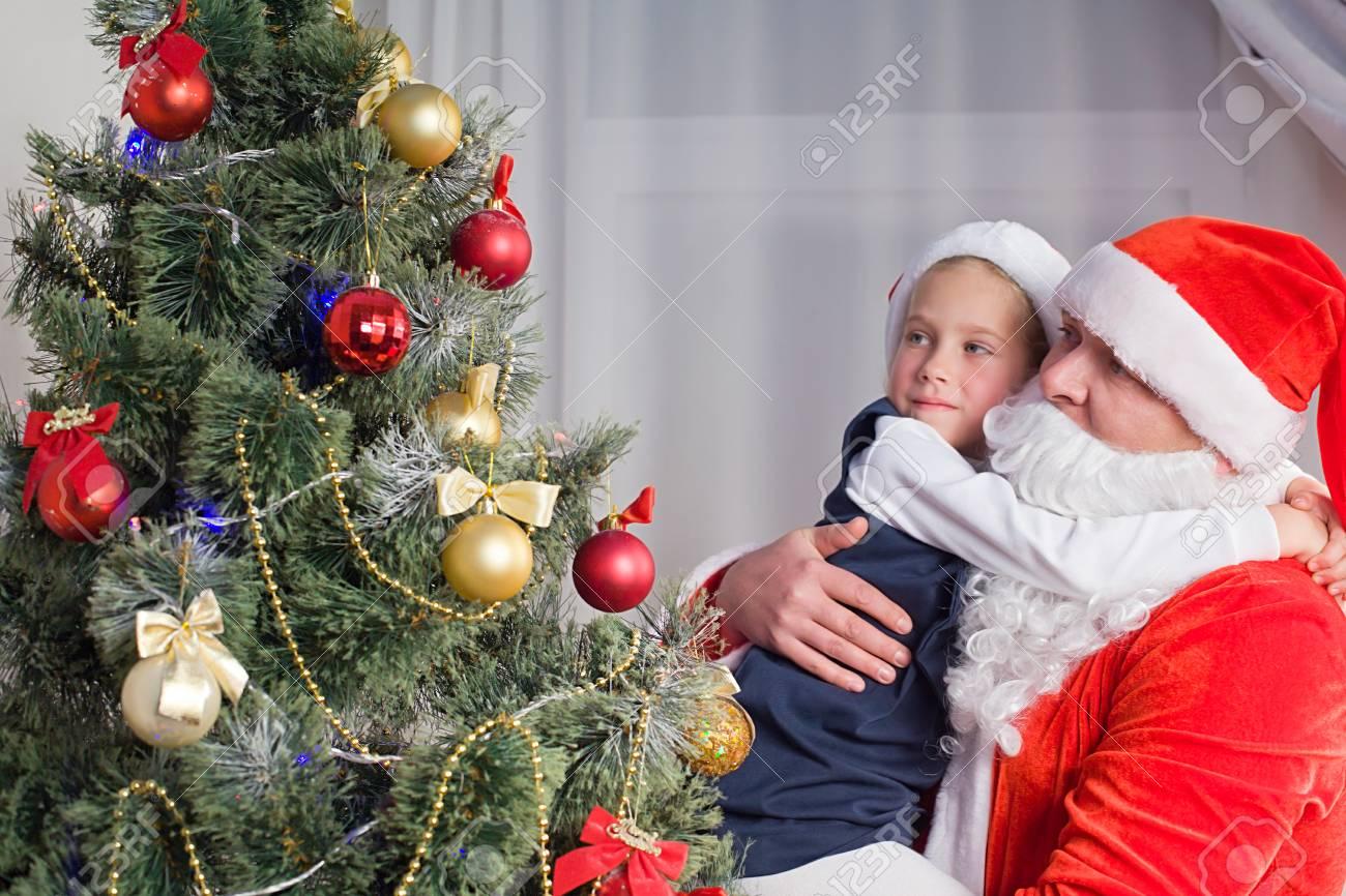 Kleines Mädchen In Den Händen Der Weihnachtsmann Von Etwa Dem ...