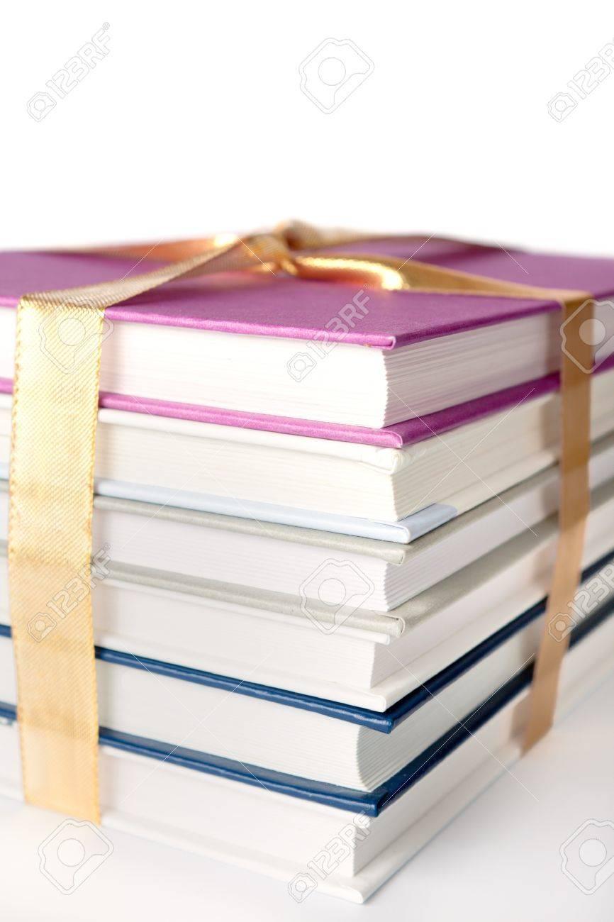 """Casa rosa ( tema """" Golfos"""" ) , continuación.. - Página 5 12082775-seis-libros-envuelto-como-un-regalo-con-un-lazo-de-oro-de-estudio-en-blanco-Foto-de-archivo"""