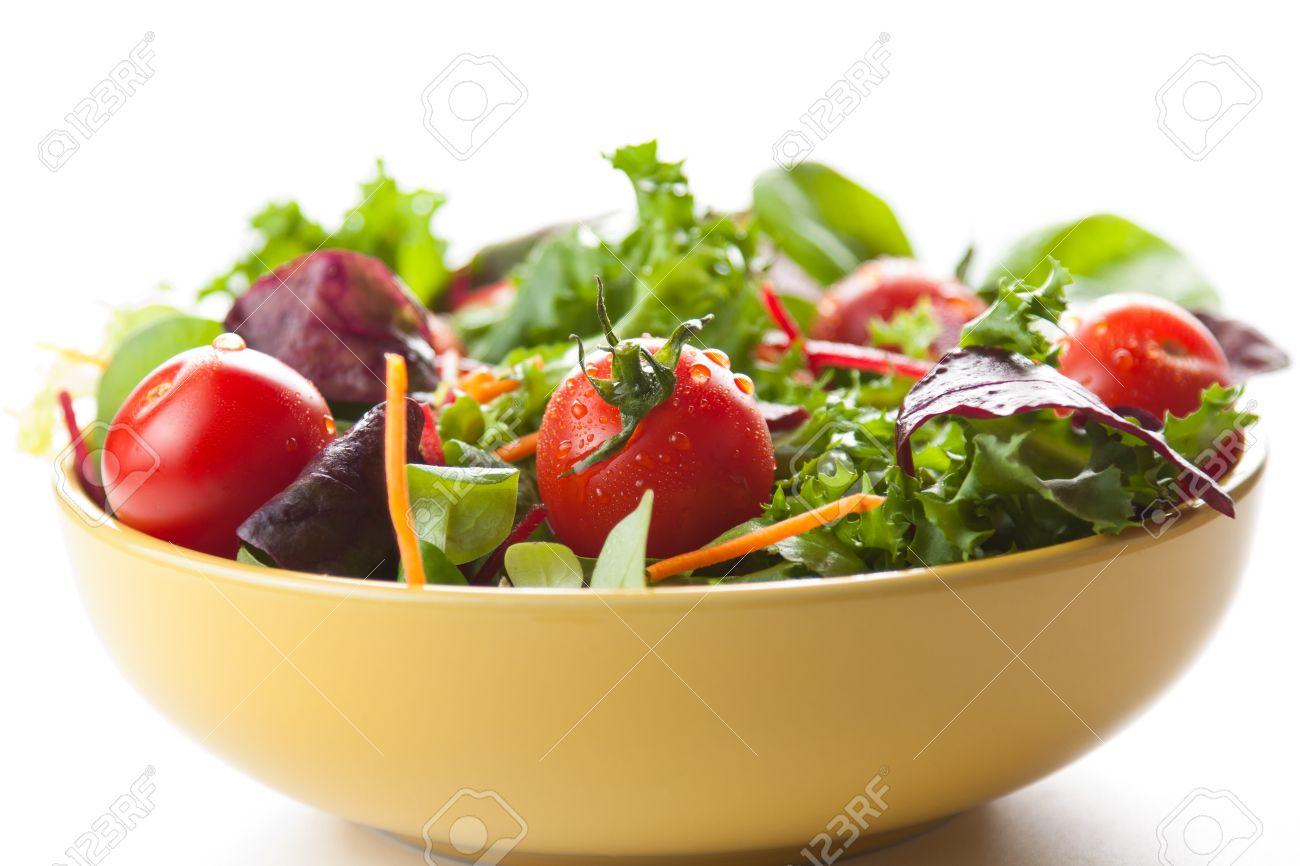 bol de salade verte croquante avec des tomates et des carottes pour