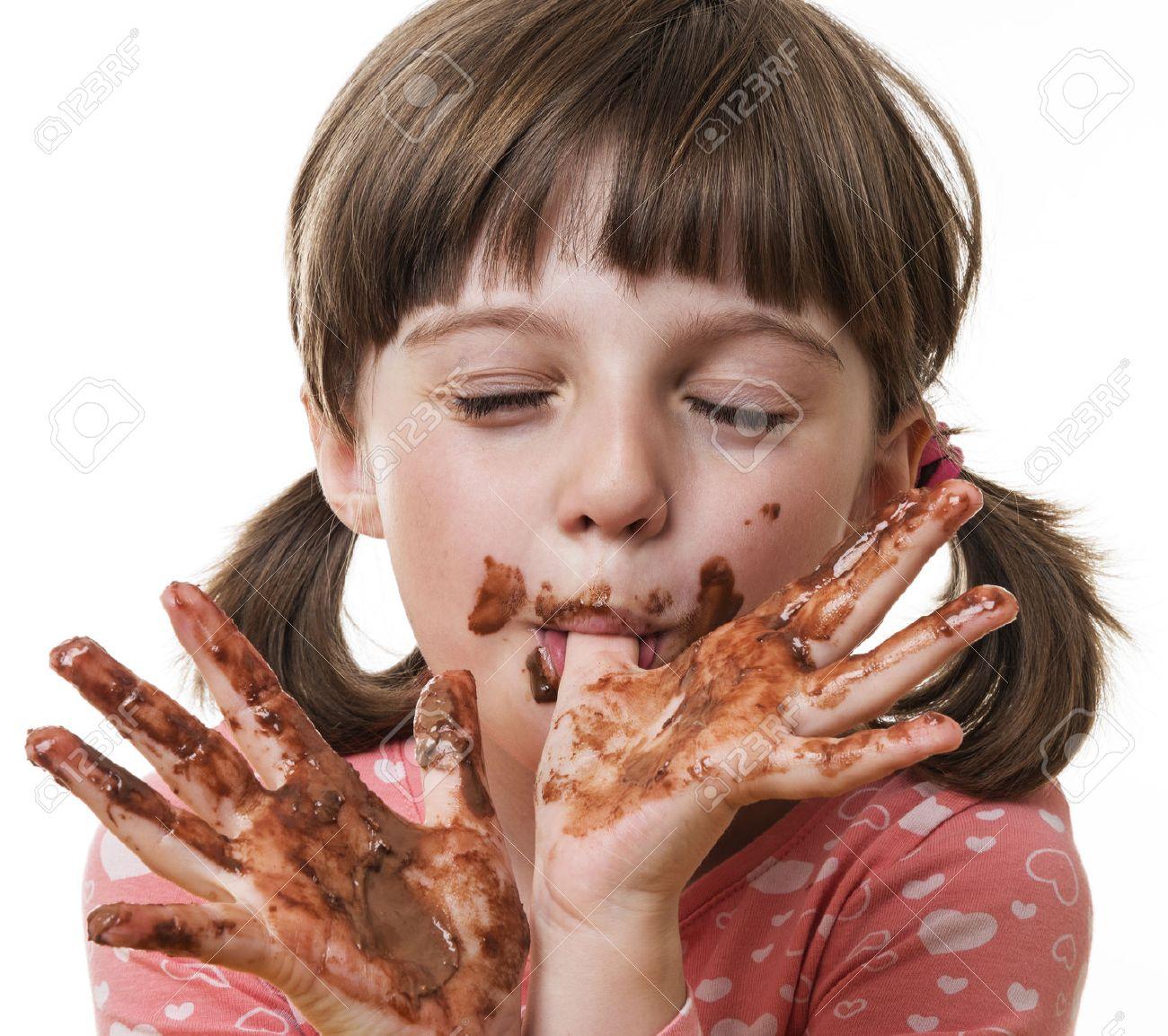 Дети едят шоколад фото