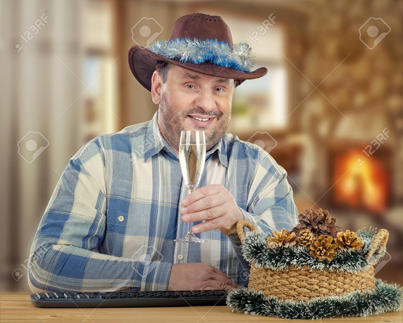 Assis au bureau de cow boy souriant d ge moyen donne du pain