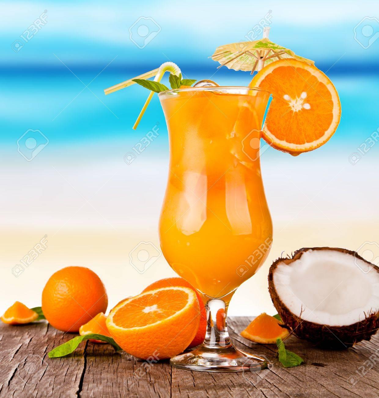Sommer Getränke Mit Unschärfe Strand Auf Hintergrund Lizenzfreie ...