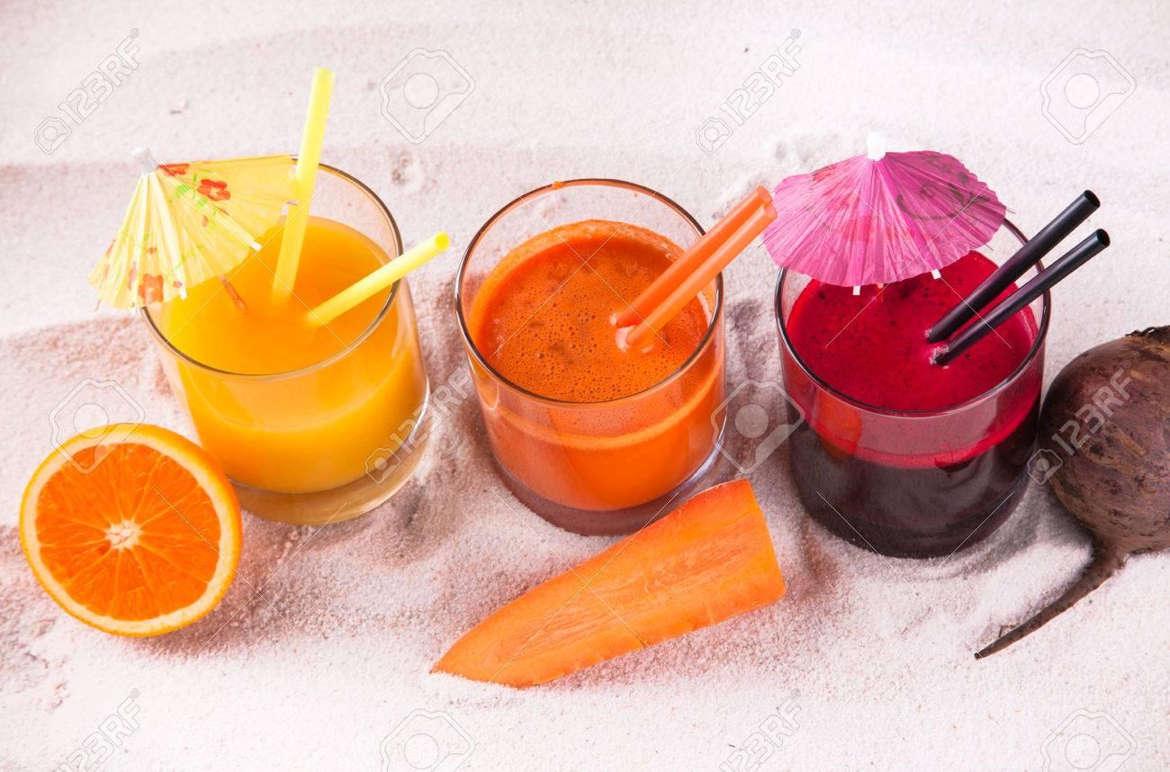 Rote-Bete-, Orangen-und Karottensaft, Gesunde Getränke Auf Sand ...