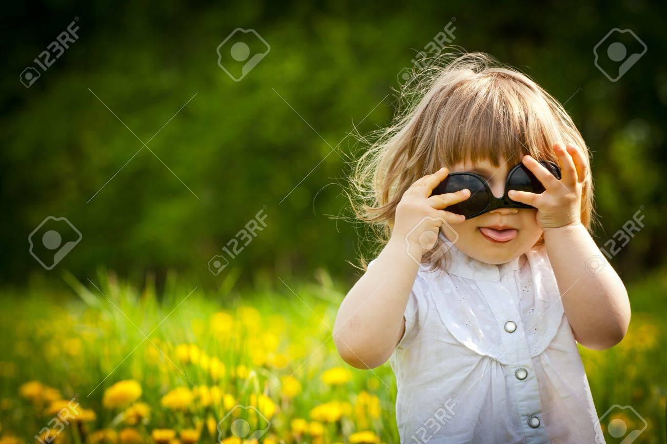 Фото девочка показывает язык 18 фотография
