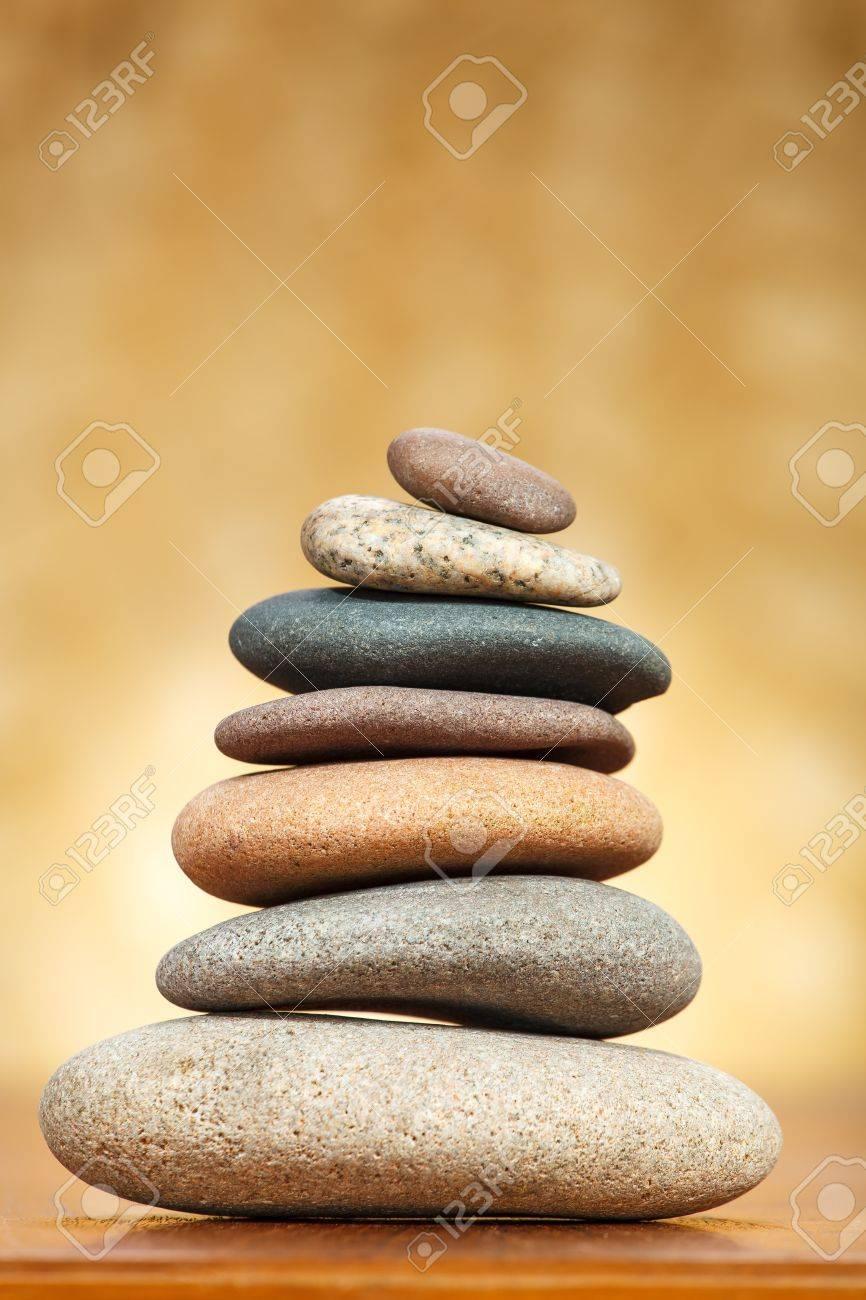 pila de piedras zen sobre fondo marrn foto de archivo 16053183 - Piedras Zen
