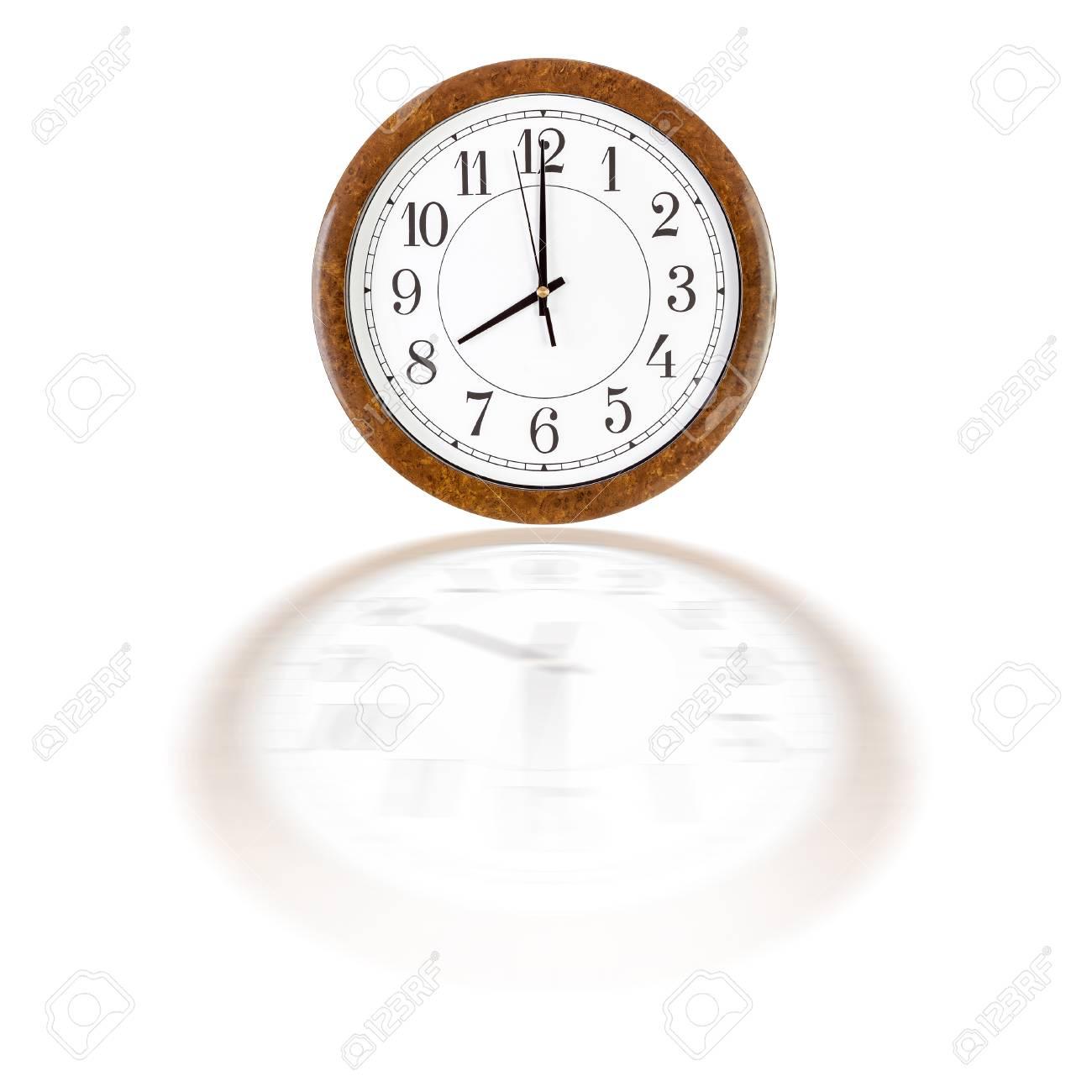 Una Cara Del Reloj Blanco En Marco De Madera De Color Marrón Que ...