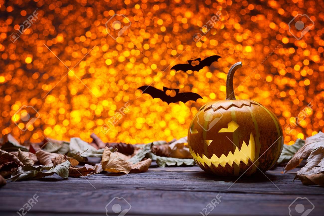 4e14e1f8de825d trendy banque dimages citrouille pour halloween lampe citrouille silhouette  de bois antique clbrer halloween smiley citrouille sur un fond with lampe  chauve ...