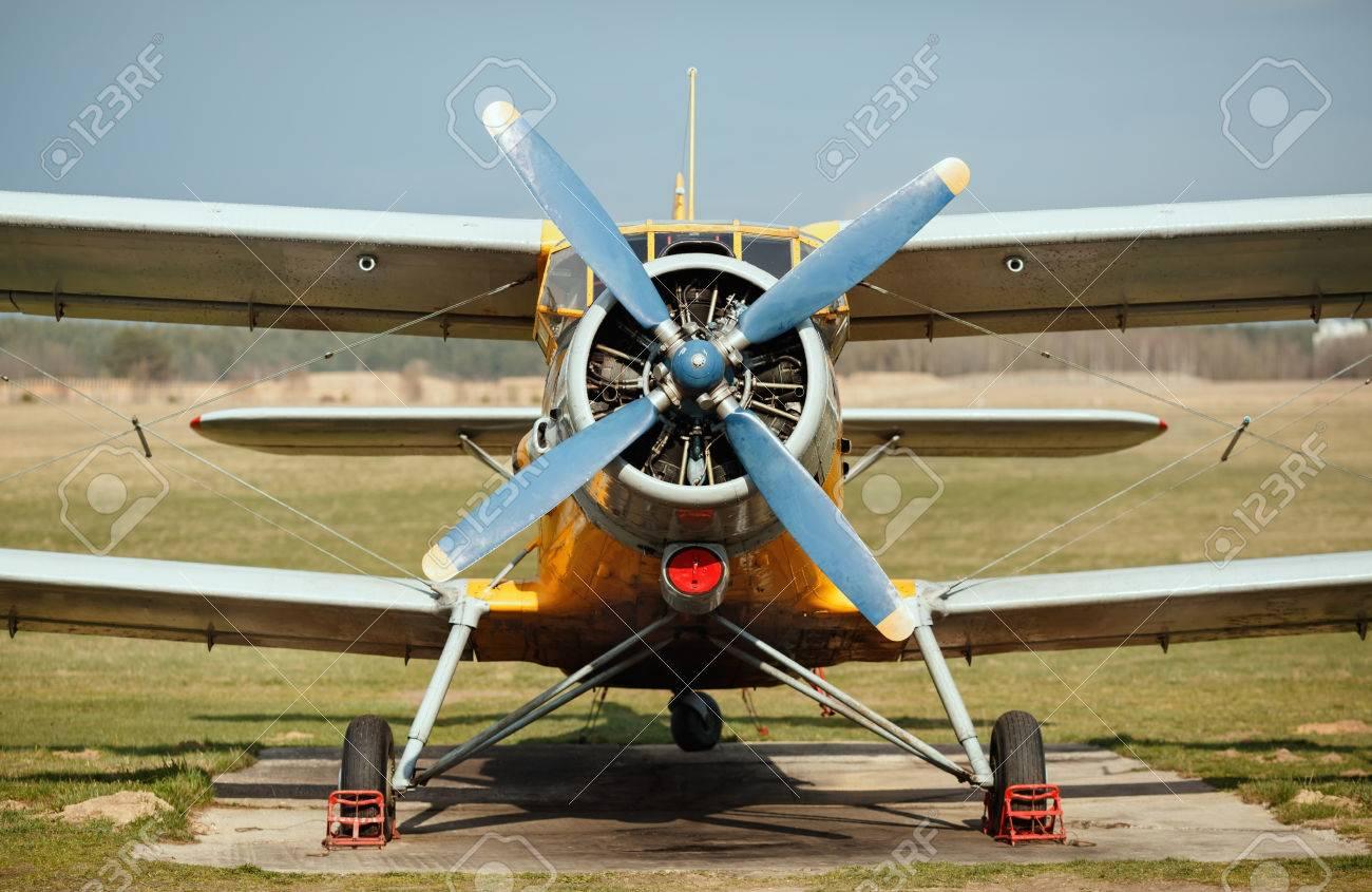 f22dddc0341f Avion à hélice bleu. Old retro plan agrandi. Vue de face avec le côté
