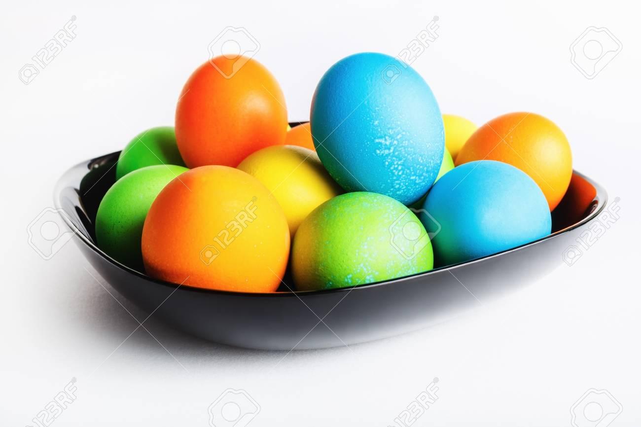 Uova Di Pasqua Ceramica.Uova Di Pasqua In Un Piatto Di Ceramica Nera Profondita Di Campo Messa A Fuoco Selettiva