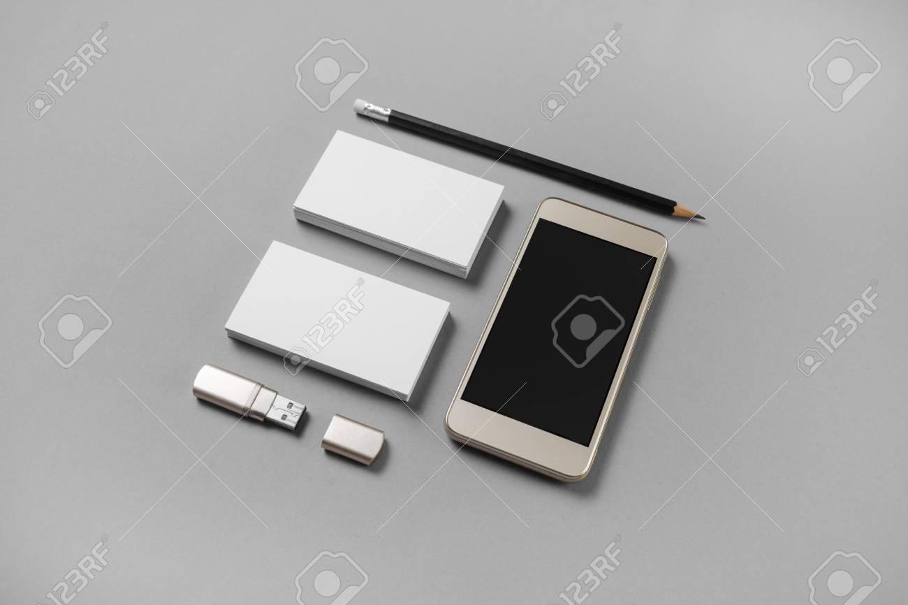 Maquette De Cartes Visite Vierges Crayon Lecteur Flash USB Et Tlphone Portable Avec Cran Blanc Sur Fond Papier Gris
