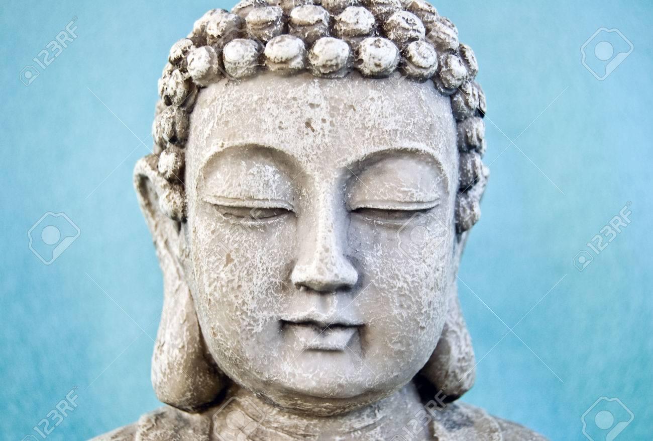 青の背景に仏顔。仏教のシンボル...